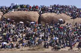People attend a commemoration service for the striking platinum miners that were killed a year ago, in Marikana, South Africa, August 16, 2013.