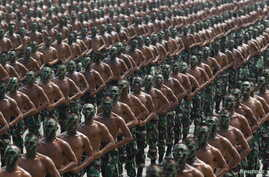 Indonesian army soldiers shout slogans as they run during a rehearsal for a ceremony marking the 70th anniversary of Indonesia's military in Cilegon, Banten province, October 3, 2015.