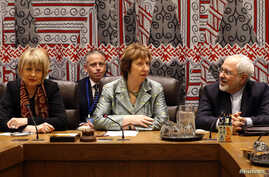 Iranian FM Mohammad Javad Zarif (R) sits with High Representative of the Union for Foreign Affairs & Security Policy and Vice-President of the European Commission Catherine Ashton (C) and Deputy Secretary-General of the European External Action Servi