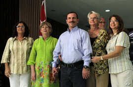 Fernando Gonzalez poses with family members after his arrival at the Jose Marti International Airport in Havana, Cuba, Feb. 28, 2014.