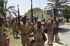 Members of Iraqi security forces arrive in Anbar Province to reinforce security forces in Ramadi, June 17, 2014.