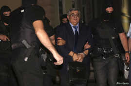 Extreme-right Golden Dawn party leader Nikolaos Michaloliakos (C) is escorted by anti-terrorism police officers into a court house in Athens October 2, 2013. Three other senior lawmakers from Greece's far-right Golden Dawn were freed on Wednesday pen