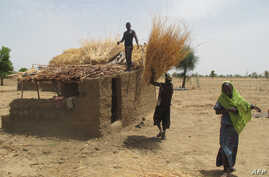 Nigerians of Cameroonian origin build a house in a village of Tallamallabrahim, northern Cameroon where they settled after fleeing Nigeria to escape massacres by the Islamic group Boko Haram, May 27, 2013.