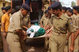 Indian Central Reserve Police Force (CRPF) soldiers carry the body of a colleague at Bhimrao hospital in Raipur, 30 Jun 2010