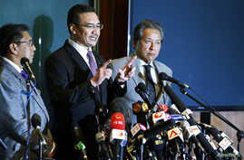 Malaysia's acting Transport Minister Hishammuddin Hussein (C) speaks during a news conference about the missing Malaysia Airlines flight MH370, at Kuala Lumpur International Airport, March 18, 2014.