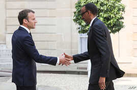 France's President Emmanuel Macron, left, welcomes Rwanda's President Paul Kagame upon his arrival at the Elysee presidential palace in Paris, May 23, 2018.