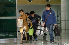 South Koreans arrive with their belongings from North Korea's Kaesong at the customs, immigration and quarantine office near the border village of Panmunjom, in Paju, north of Seoul, South Korea, April 9, 2013.