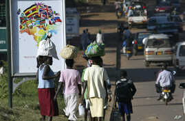 Ugandan women carry luggage on their heads during the busy hours in the street of Kampala (2007 file photo).