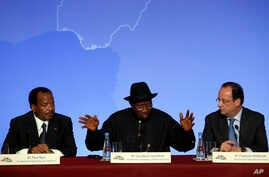 "Nigeria President Goodluck Jonathan (C) answers questions with Cameroon President Paul Biya (L) and his French counterpart Francois Hollande during a press conference ending the ""Paris Summit for Security in Nigeria,"" Paris, France, May 17, 2014."