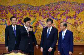 South Korean Foreign Minister Yun Byung-se, second from left, guides U.S. Deputy Secretary of State Tony Blinken, second from right, Japanese Vice Foreign Minister Akitaka Saiki, left, and South Korean Vice Foreign Minister Lim Sung-nam, right, durin