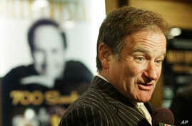 Actor and comedian Robin Williams arrives at the Broadhurst Theater in Times Square. NY, for the opening of Billy Crystal's new show titled '700 Sundays', Dec 5, 2004.
