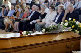 Relatives and family of Robert Oliver of U.S., a victim of the Germanwings flight 4U 9525 plane disaster, take part in a memorial service in Montcada i Reixac, near Barcelona, Spain June 20, 2015.