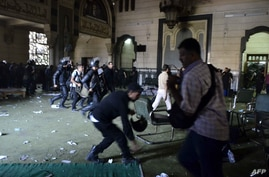 Egyptian riot policemen get in the community services hall of Cairo's Al-Fatah mosque, Cairo, Aug. 17, 2013.