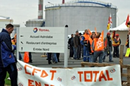 French Strikers Block Fuel Line, Protests to Continue