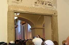 People are queued up to visit the re-opened synagogue in Budapest, 5 Sep 2010