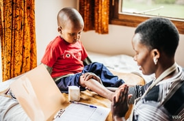 A doctor at Kijabe Hospital evaluates a patient in Kenya.