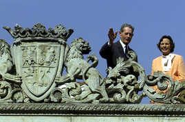 Former Romanian King Michael waves to supporters beside Queen Anne on the terrace of Elisabeta Palace, a former royal residence in Bucharest, May 18, 2001. Queen Anne has died at age 92.