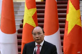 Vietnamese Prime Minister Nguyen Xuan Phuc speaks during a joint press briefing with Japanese Prime Minister Shinzo Abe following their meeting at Phuc's Cabinet Office in Hanoi, Jan. 16, 2017.