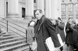 FILE - Author Clifford Irving enters federal court in New York, March 13, 1972. Irving, the prankster who wrote a phony autobiography of billionaire Howard Hughes and fooled a major publisher in 1971 has died at 87.