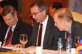 Scot Alan Marciel, center, talks with unidentified officials at the Special ASEAN-U.S. Senior Officials' Meeting in the Philippines Nov. 7, 2009.