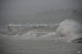 Huge waves caused by powerful Typhoon Haiyan hit the shoreline in Legazpi city, Albay province, about 520 kilometers south of Manila, Philippines, Nov.8, 2013.