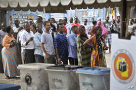 Tanzanians queue to cast their votes in the presidential election, at a polling station in Dar es Salaam, Tanzania, Oct. 25, 2015.