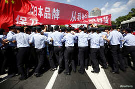 Policemen block demonstrators near the Japanese consulate during a protest in Shanghai September 16, 2012.