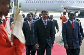 Presidents of Benin Boni Yayi (C) is escorted by Ivory Coast strongman Laurent Gbagbo's Prime Minister Gilbert Marie N'gbo Ake (R) as he arrives at Felix Houphouet Boigny airport in Abidjan before holding separate talks with Gbagbo and his rival Alas