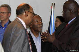 Sudanese Defence Minister Abdelrahim Mohamed Hussein (L) talks to his South Sudan counterpart John Kong Nyuon (R), as former South African President Thabo Mbeki (C) in Ethiopia's capital Addis Ababa, March 8, 2013