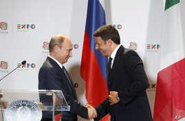 Italian Premier Matteo Renzi, right, shakes hands with Russian President Vladimir Putin at the end of a press conference at the 2015 Expo, in Rho, near Milan, Italy, June 10, 2015.