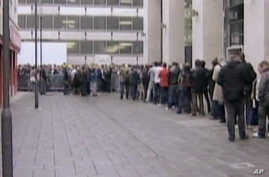Crowds line up to buy Apple Ipads at global launch, 28 May 10