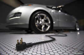 A plug is seen coming from the Chevrolet Volt electric car during the North American International Auto Show in Detroit, Michigan January 13, 2009.      REUTERS/Mark Blinch (UNITED STATES) - RTR23CT6