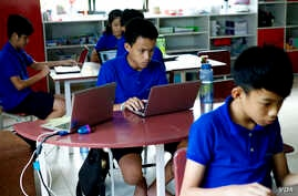 Students work on creating a website during a class at the Liger Learning Center, a school in Phnom Penh that emphasizes courses in science, technology, engineering and mathematics. (Dene-Hern Chen for VOA News)