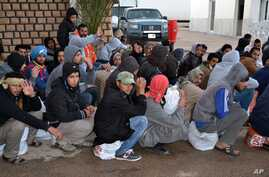 Egyptian workers wait after having crossing the Tunisian border at the Ras Jdir border crossing between Libya and Tunisia, Feb. 20, 2015.