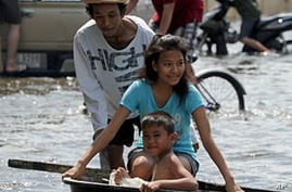Floodwaters Begin Seeping Into Areas of Bangkok