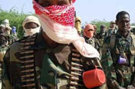 Recently trained Shebab fighters stand during military exercise in northern Mogadishu's Suqaholaha neighborhood (Jan 2010 file photo)
