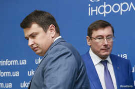 FILE - Director of the National Anti-Corruption Bureau of Ukraine Artem Sytnyk (L) and Prosecutor General Yuriy Lutsenko attend a joint news conference in Kiev, Ukraine, Aug.18, 2016.