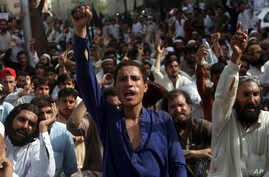 People from Pakistani tribal areas participate in a rally in Karachi, Apr. 8, 2018. Thousands of people from Pakistan's tribes have rallied in Peshawar and in Karachi demanding the release of scores of suspects being held by authorities on alleged li