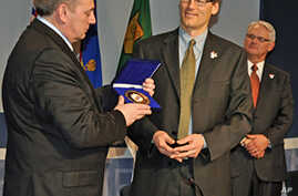 Sochi Mayor Anatoly Pakhomov (l) presenting a coat of arms medallion to Vancouver Mayor Gregor Robertson, 23 Feb 2010