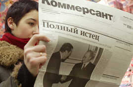 A Muscovite reads the latest issue of Kommersant with most of its pages blank at a metro station in central Moscow.  (File Photo)