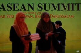 Delegates are seen arriving at this year's ASEAN Summit at the International Conventional Center in Bandar Seri Begawan, Brunei, October 7, 2013.