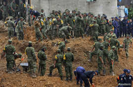 Soldiers search for survivors after a bus and two nearby houses were buried by a mountain landslide in Altotonga in Veracruz state, along Mexico's Gulf coast, September 16, 2013. Twelve people died on Monday after their bus was buried by a mountain l