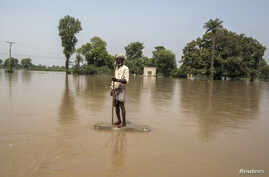 A flood victim stands in flood waters following heavy rain in Jhang, Punjab province September 11, 2014. Floods that have killed 450 people in India and Pakistan began to recede on Wednesday giving rescue teams a chance to evacuate thousands of villa