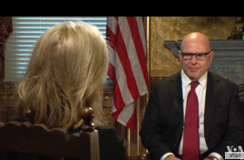 VOA contributor Greta Van Susteren, left, interviews National Security Advisor HR McMaster at the White House on Tuesday