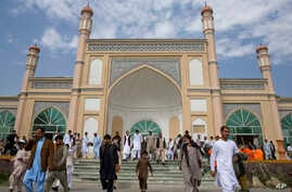 Afghan men leave after Eid Al-Fitr prayers in Eid Gah mosque in Kabul, Afghanistan, July 17, 2015. Eid al-Fitr prayer marks the end of the holy fasting month of Ramadan.
