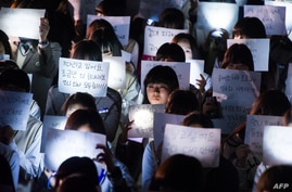 Students hold messages for missing schoolchildren who are among the unaccounted for passengers trapped in a South Korean capsized ferry, at Danwon High School in Ansan, April 18, 2014.