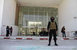 Guards secure the Bardo museum in Tunis, hours after gunmen stormed it killing people from at least seven countries, Tunis, March 19, 2015. (Mohamed Krit/VOA)