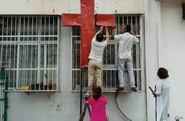 Police and authorities in Henan, China raided a Christian church at the break of dawn on Sept 5th. Church crosses were removed and Christian slogan on the walls were erased.