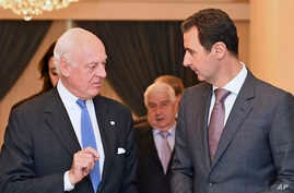 United Nations special envoy to Syria Staffan de Mistura (l) speaks with Syrian President Bashar Assad in Damascus, Nov. 10, 2014.