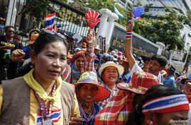 Farmers take part in a rally demanding the Yingluck administration resolve delays in payment, at the office of the auditor general in Bangkok, March 3, 2014.